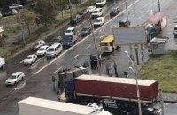 В Киеве на Троещине произошло масштабное ДТП: перевернулся «Камаз» (ФОТО)