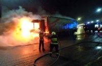 Ночью при съезде с Кайдакского моста загорелся грузовой автомобиль