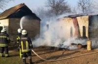 В Пятихатском районе возник пожар на территории частного дома: огнем повреждены хозпостройки