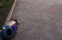 Михаил Лысенко пообещал 20 тысяч гривен за имена людей, сломавших мусорные урны в Днепре (ФОТО)