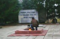 В Днепропетровской области мужчина выжигал кабель на Вечном огне