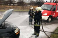 Во время движения загорелся моторный отсек: в Кривом Роге на ходу воспламенилась легковушка