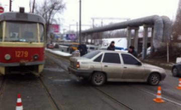 На въезде на Амурский мост трамвай столкнулся с легковушкой