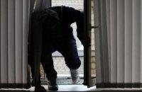 В Никополе двое мужчин пытались через окно залезть в магазин техники