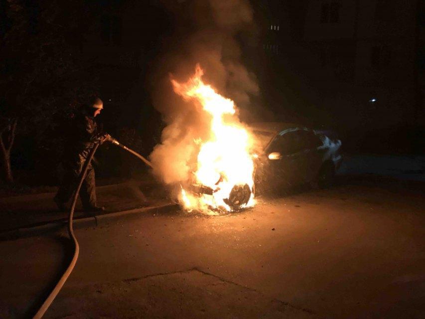 В Киевской области на улице сгорел «Mercedes» , фото-1