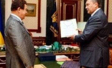 Виктор Янукович подарил Иосифу Кобзону вышиванку и украинские книги