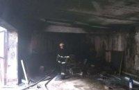 В Желтых Водах загорелся гараж с двумя автомобилями внутри