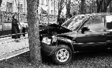 17-летний парень на джипе врезался в дерево