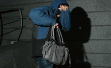 Днепропетровчанин ограбил продавщицу магазина, украв телефон, деньги и косметику