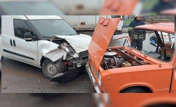 В Каменском столкнулись две легковушки: пассажира «ВАЗ-2101» зажало конструкциями автомобиля