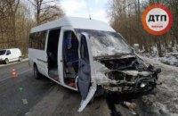 Под Киевом столкнулись маршрутка и легковушка: пострадали 10 человек