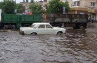 Ливень в Кременчуге затопил улицы и парализовал движение транспорта (ВИДЕО)