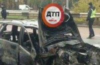 В Киеве автомобиль врезался в столб и загорелся (ФОТО)