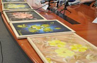 Слепая художница из Днепропетровска рисует картины, чтобы собрать деньги на операцию