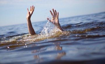 Спасатели достали тело мужчины с Венецианского залива реки Днепр