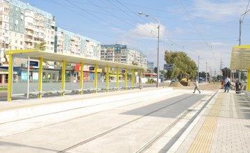 У Дніпрі  на перехресті Донецького шосе та вулиці Шолохова встановили сучасний зупинковий комплекс із найдовшим навісом