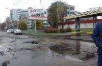 В Днепре на Набережной Заводской прорвало трубу и затопило дорогу: движение перекрыто  (ФОТО)