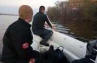 На Набережной в Днепре достали из реки тело мужчины