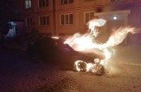В Никополе во время остановки загорелся автомобиль