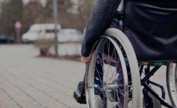 Лиц с инвалидностью, которые передвигаются на колясках, отнесли к участникам дорожного движения