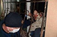 В Покрове спасатели помогли женщине, застрявшей в оконной решетке (ФОТО)