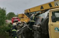 В Днепропетровской области посреди дороги загорелся автокран (ВИДЕО)