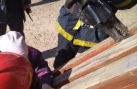 В Киеве 7-летняя девочка застряла в спортивном снаряде на спортплощадке (ФОТО)