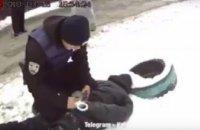 В Киеве грабитель ударил женщину молотком по голове, чтобы отобрать сумку (ВИДЕО)