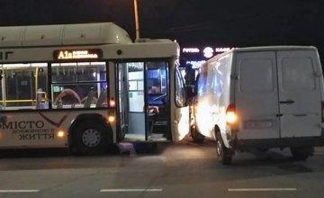 На Днепропетровщине грузовик влетел в автобус с пассажирами: есть пострадавшие