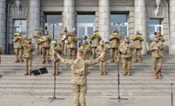 В Днепре украинских добровольцев чествовали патриотическим флешмобом