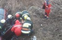 В Днепре легковушка слетела в кювет: водителя из покореженного авто вырезали спасатели (ФОТО)