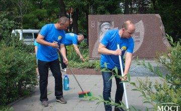 Ничто не будет забыто: накануне Дня памяти и скорби команда ОПЗЖ привела в порядок монументы (ФОТО, ВИДЕО)
