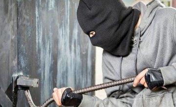В Каменском обворовали гараж: украли электроинструмент и коробку передач для автомобиля