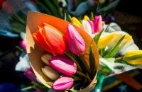 Праздничное поздравление от мэра: 8 марта женщинам на улице дарили цветы