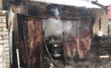 На Днепропетровщине автомобиль сгорел вместе с гаражом