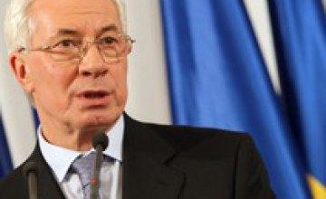Азаров закроет заправки за спекуляции на бензине