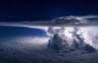 Пилот самолета сфотографировал шторм в момент удара молнии