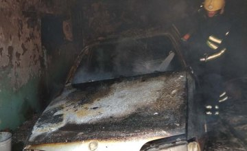 В Каменском загорелся гараж с автомобилем внутри (ФОТО)