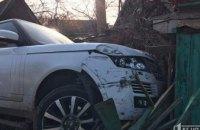 На Днепропетровщине внедорожник после столкновения с такси влетел в дом