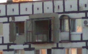 На ж/м Красный Камень к квартире в малосемейке построили огромный балкон (ФОТО)