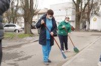 На територіях лікарень Дніпра триває масштабне весняне прибирання й озеленення