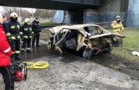 Возле Южного моста в Днепре BMW влетел в железную опору: водителя из авто вырезали спасатели (ФОТО)
