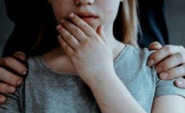 В лесу на Днепропетровщине мужчина развращал свою 5-летнюю падчерицу