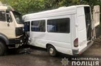В Днепре грузовик выехал на встречку и влетел в маршрутку: есть пострадавшие