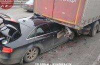 В Киеве легковой автомобиль на полном ходу въехал под грузовик: есть пострадавшие (ФОТО)