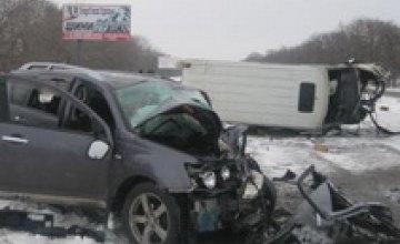 На подъезде к Днепропетровску внедорожник столкнулся с микроавтобусом: 3 человека травмированы (ФОТО)