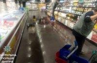 В Днепре мужчина разгромил витрину с алкогольными напитками в одном из супермаркетов