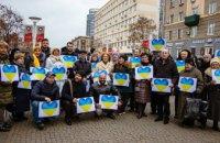 В День Соборности сотни днепрян спели гимн и оставили отпечатки ладоней на карте Украины