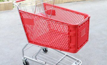 В Днепре на парковке пенсионерка каталась в тележке из супермаркета (ВИДЕО)