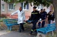 В Днепропетровской области спасатели помогли медикам перенести мужчину в машину скорой помощи